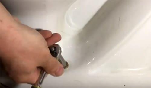 Течет вода в унитазе после наполнения бачка и с кнопкой и слива, что делать