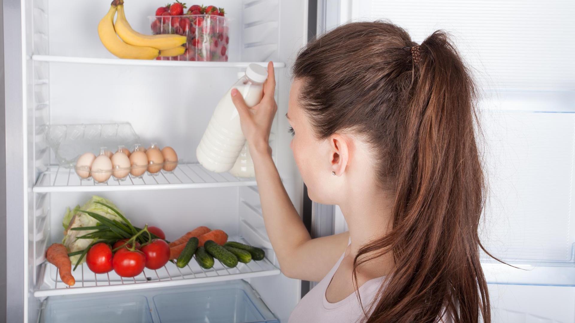 Как избавиться от запаха тухлого мяса в холодильнике: обзор средств