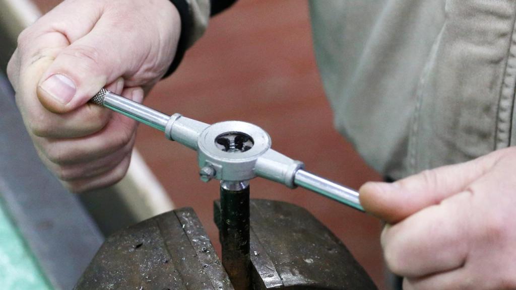 Как нарезать резьбу на трубе леркой?