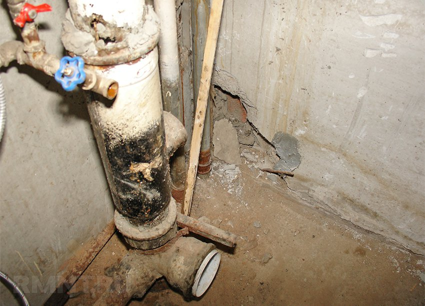 Переход с чугунных канализационных труб на пластиковые