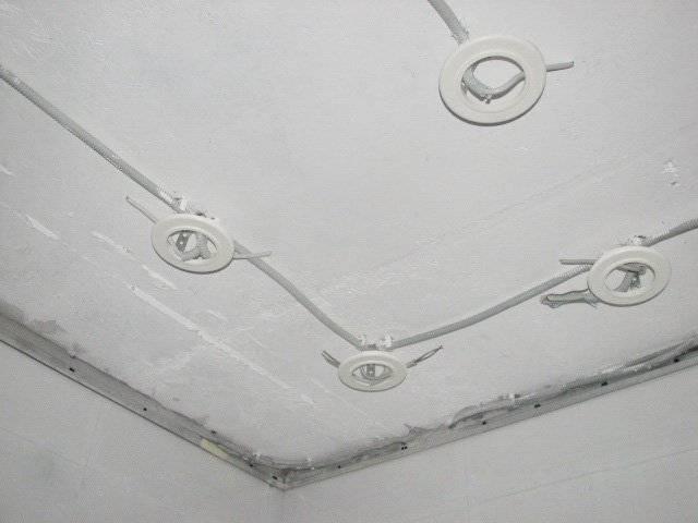Дело мастера боится: как крепить люстру к потолку
