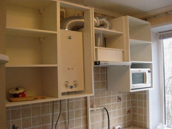 Как спрятать газовую трубу на кухне красиво, незаметно и законно