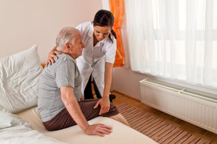 Уход за пожилыми людьми и престарелыми больными: варианты организации ухода с проживанием и без
