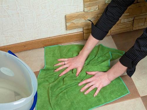 Узнайте причины, почему нельзя подметать, мыть полы и убирать в квартире вечером