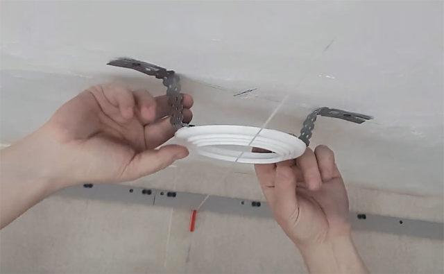 Установка светильников в натяжной потолок своими руками