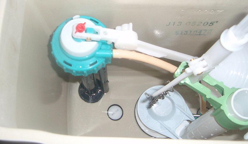 Установка и ремонт поплавка в бачке унитаза: что делать если не перекрывает воду