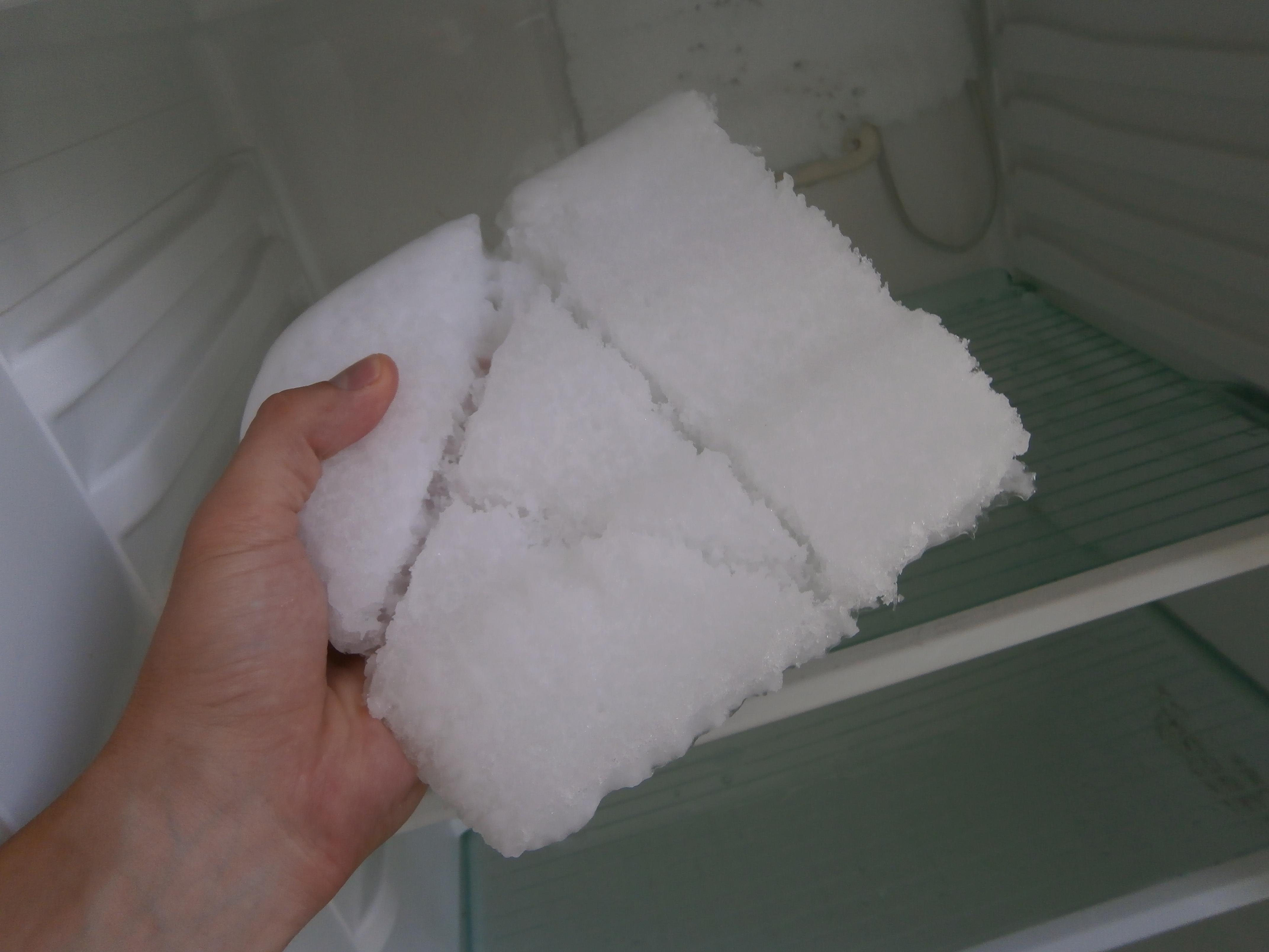 Как убрать наледь в холодильнике, не размораживая его: простой способ