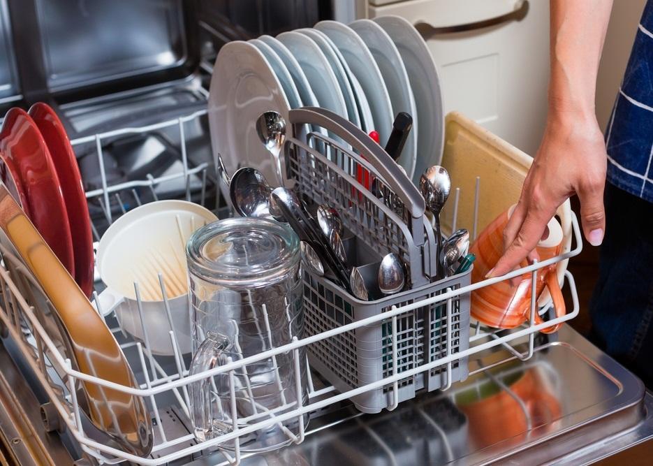 Какую посуду нельзя мыть в посудомоечной машине: правила и рекомендации
