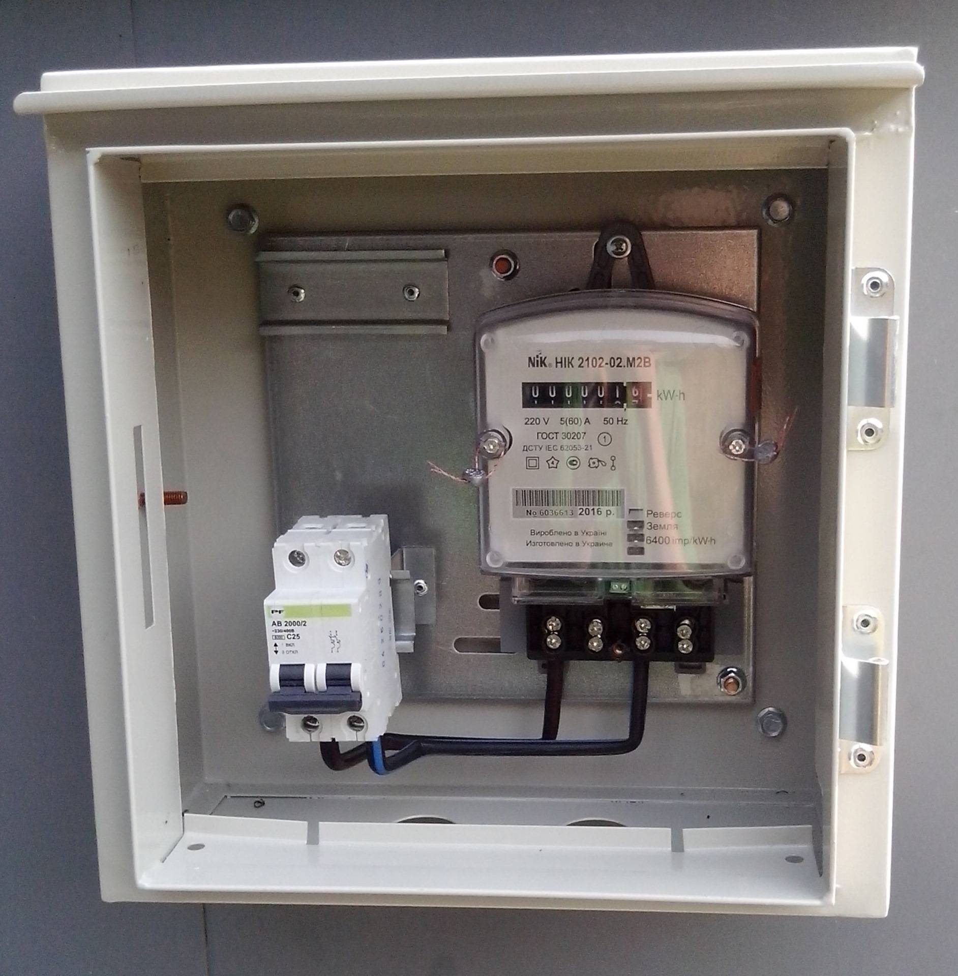 Щиток для автоматов и электросчётчика: конструкция, установка, сборка бокса и подключение электроэлементов