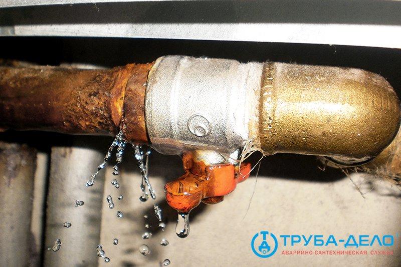 Текут водопроводные трубы: как устранить проблему самостоятельно