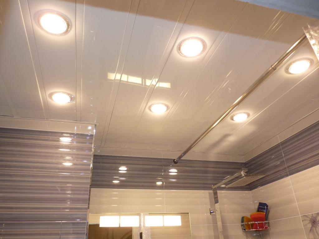 Освещение в ванной комнате с натяжным потолком: точечные светильники в интерьере