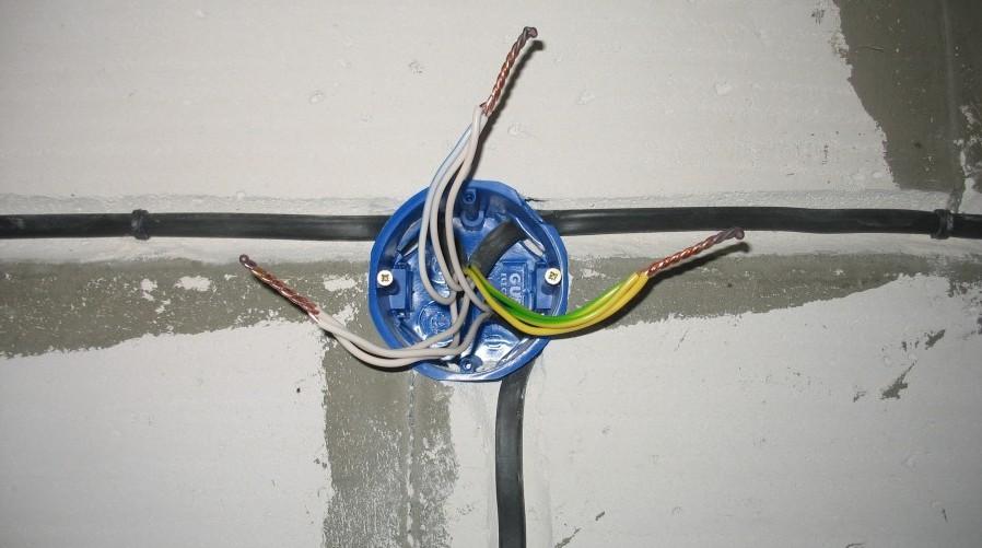 Как установить распределительную коробку для электропроводки в кирпичной, бетонной стене