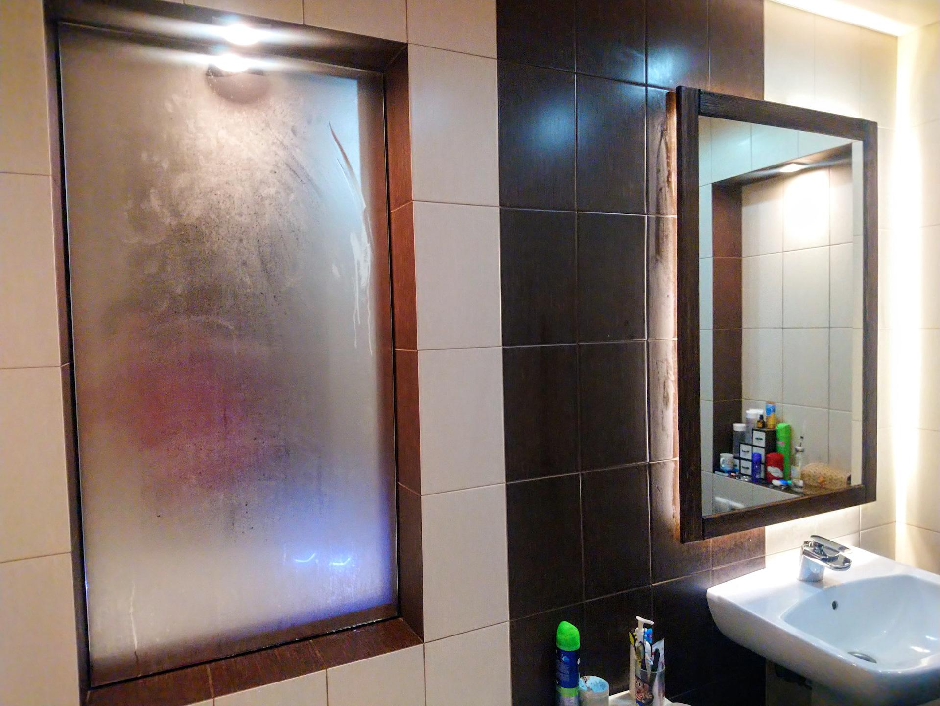 Чем и как отмыть зеркало в ванной от известкового налета и потеков воды: лучшие химические и народные средства