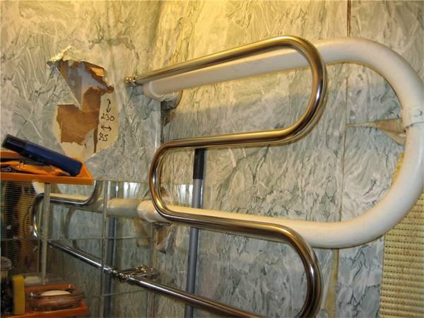 Ремонт полотенцесушителя водяного из нержавеющей стали, как спустить воздух и продуть, что делать при отслоении хрома в ванной