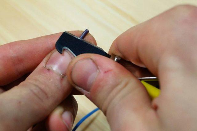 Как снять изоляцию в проводов подручными и профессиональными инструментами