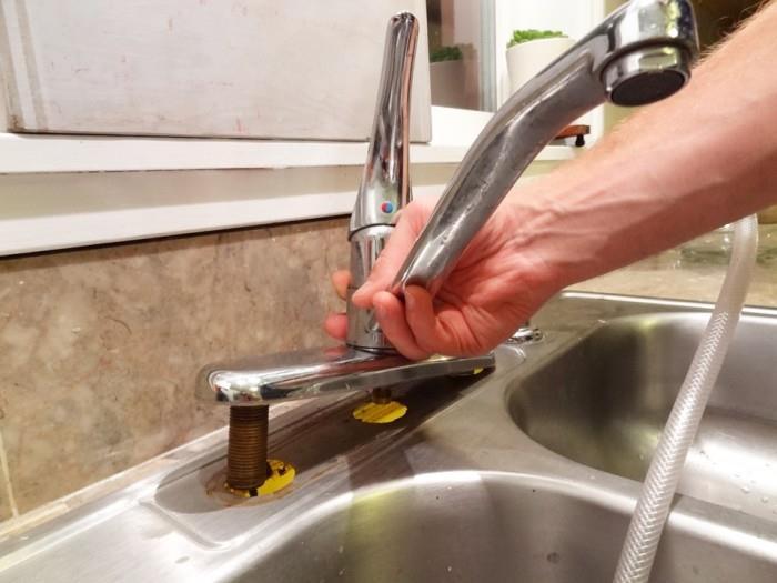 Установка смесителя в ванной или на кухне своими руками: инструкция по демонтажу и замене