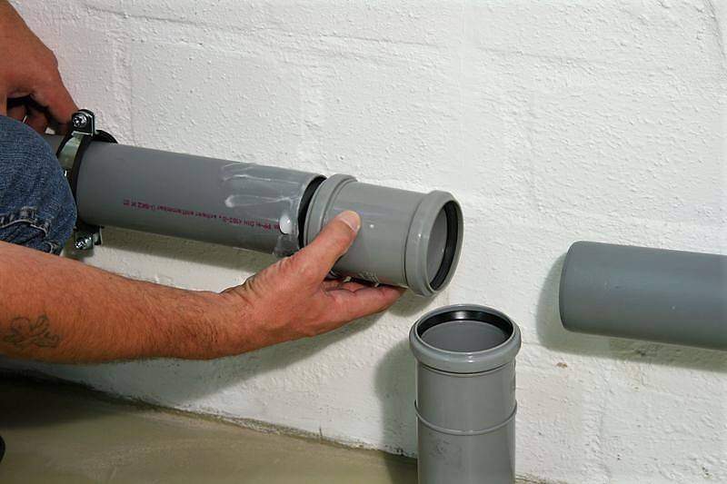 Как заделать стык бетона с пластиковой трубой