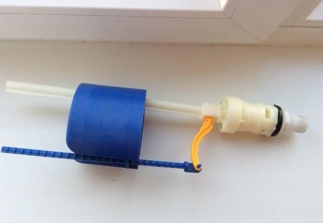 Как отрегулировать уровень воды в бачке унитаза с кнопкой и настроить сливной смывной бак, чтобы не бежал: регулировка слива