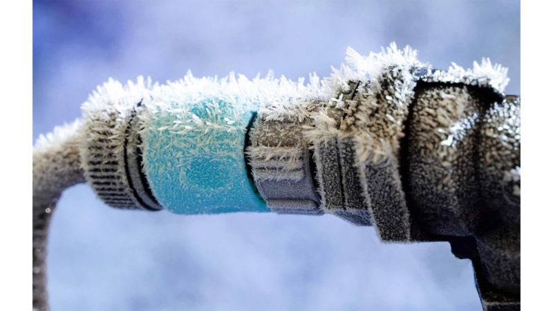 Замёрз металлический или пластиковый водопровод. способы решения проблемы