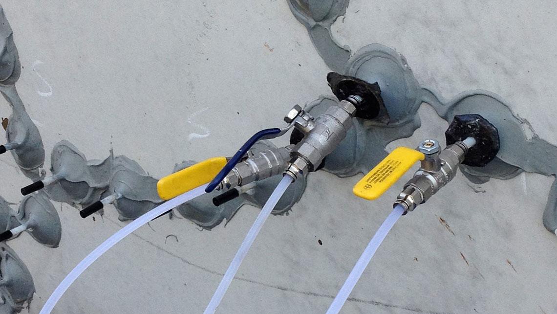 Как и чем заделать трещины и дырки в бетоне