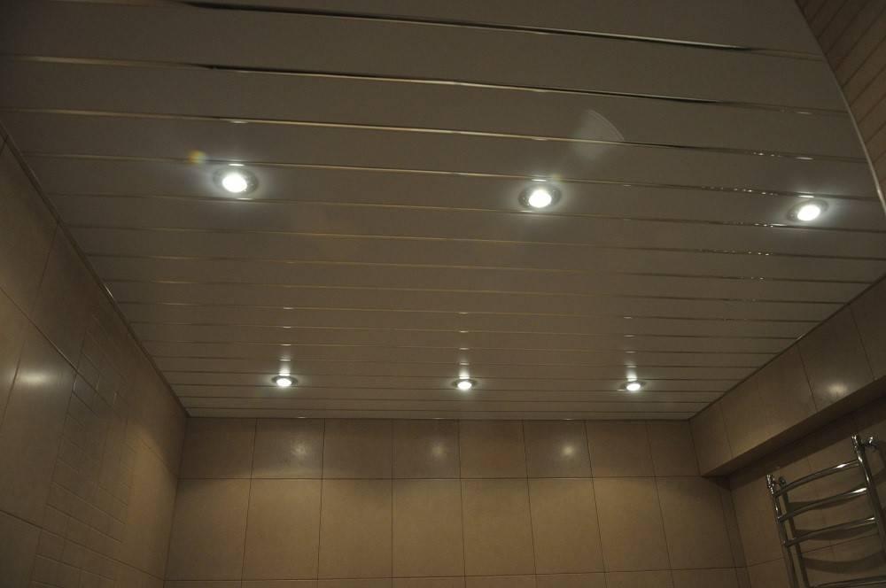 Светильники в ванную комнату на потолок: виды, принципы размещения, нюансы монтажа