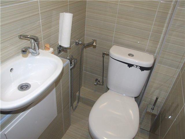 Дизайн маленького туалета (122 фото): интерьер туалетной комнаты, где только унитаз, маленького размера в квартире, отделка плиткой туалета небольшой площади и другие идеи