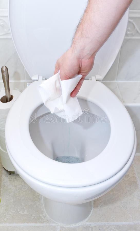 Что делать если унитаз засорился туалетной бумагой?