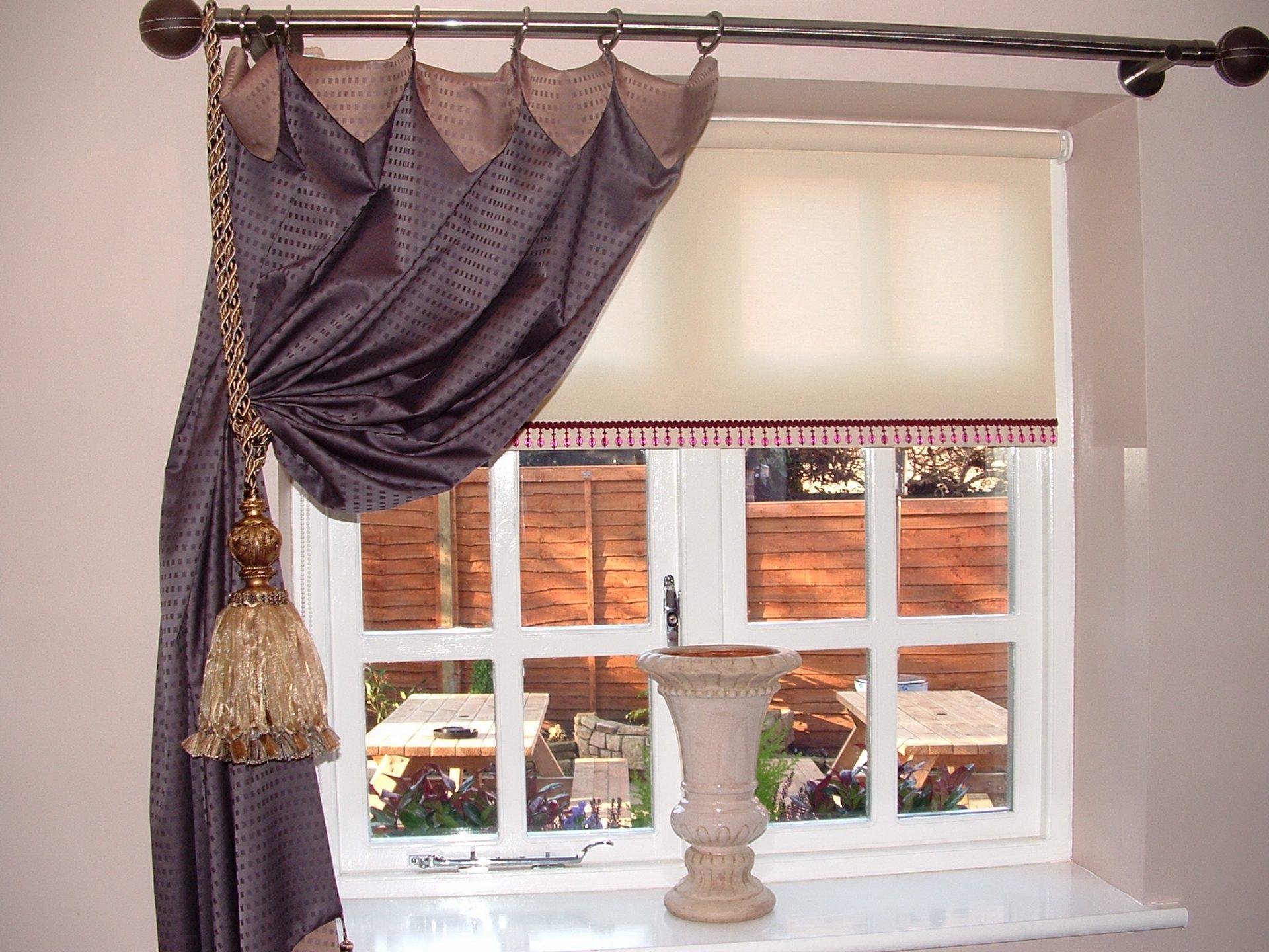 На что повесить шторы на балконе без карниза своими руками