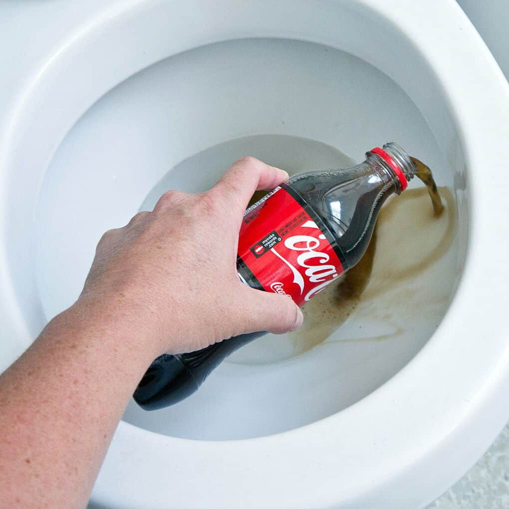 Что будет, если налить в туалет «Кока колу»