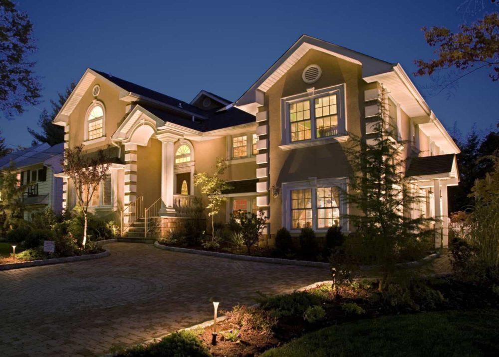 Уличное освещение (81 фото): наружное, загородного дома, ландшафтные светильники
