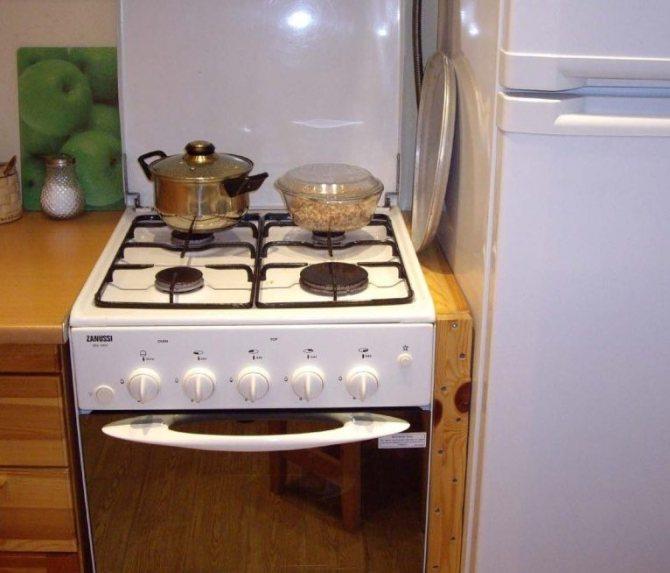 Можно ли ставить холодильник рядом с плитой: минимальное расстояние, способы защиты