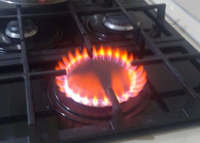 Газ на плите горит оранжевым, желтым или красным цветом – причины и опасность