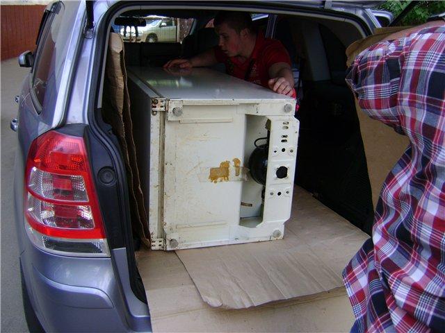 Как перевозить холодильник правильно: стоя или лежа, через сколько можно включать