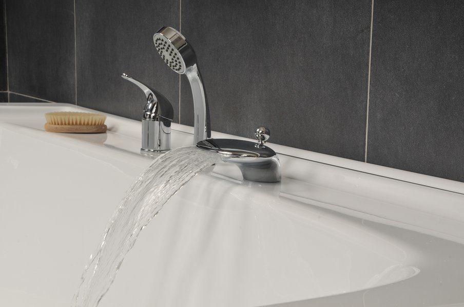 Смеситель на борт ванны: достоинства и недостатки  