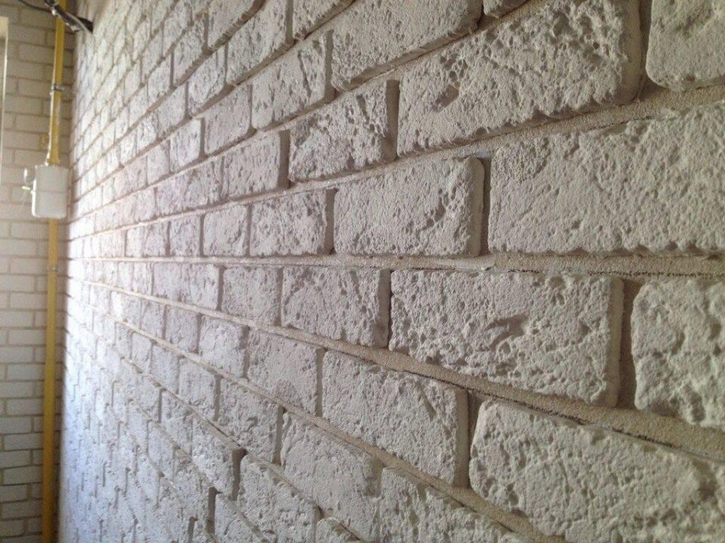 Имитация кирпичной стены своими руками в интерьере: как сделать из штукатурки и шпаклевки, гипсокартона и белой кладки из пенопласта на балконе и в спальне