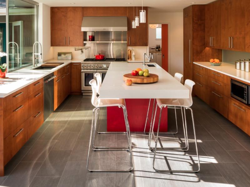 Какую столешницу выбрать для белой кухни: 4 универсальных цвета и 6 популярных материалов