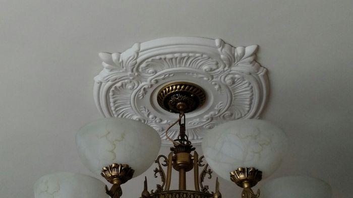 Потолочные розетки и другой декор под люстру - 30 фото интерьеров