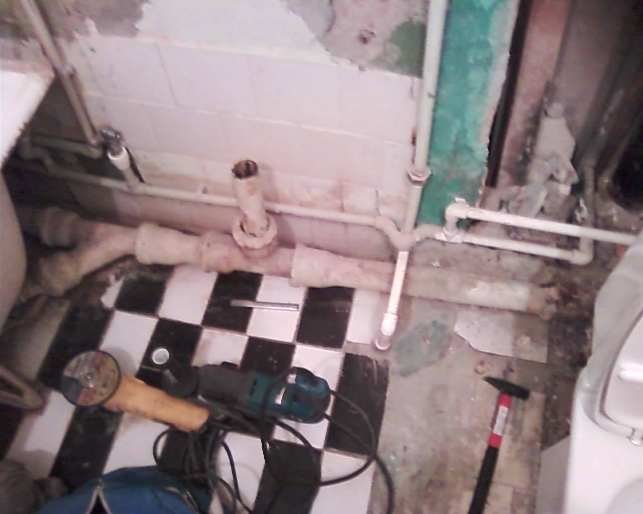 Неприятный запах из канализации в квартире: как устранить 4 источника