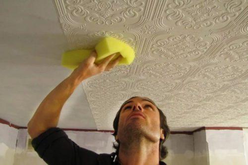 Как приклеить потолочную плитку: как наклеить плитку на потолок своими руками, как правильно клеить, поклейка, как быстро и красиво поклеить, наклеивание, чем приклеить
