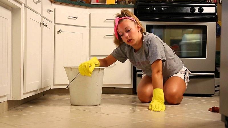 Почему ни в коем случае нельзя подметать и мыть полы на ночь в доме