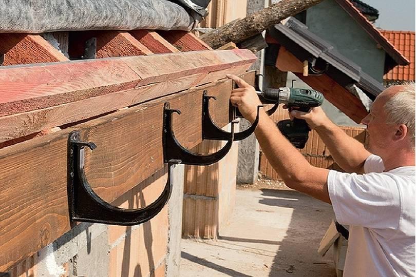 Установка водостоков: как правильно установить водосток и прикрепить его к крыше