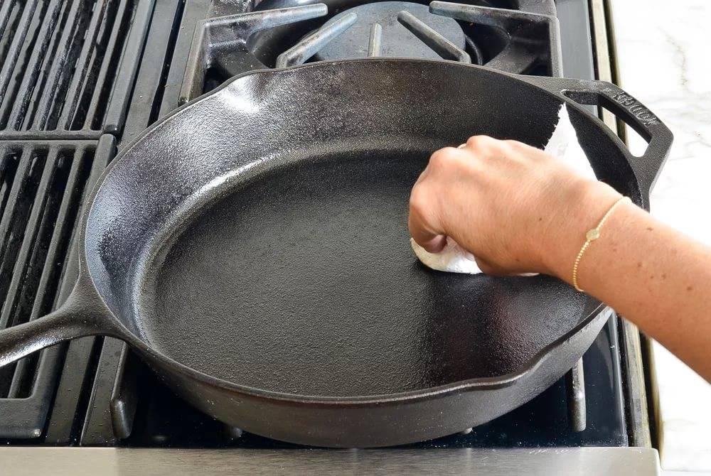 Как очистить сковороду от нагара: простые способы для разных материалов