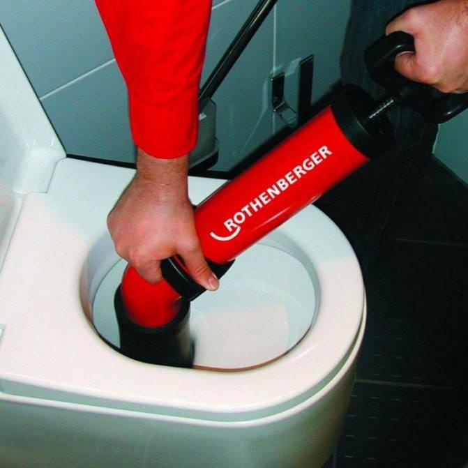 Как прочистить унитаз бутылкой: пошаговый иструктаж + обзор альтернативных способов