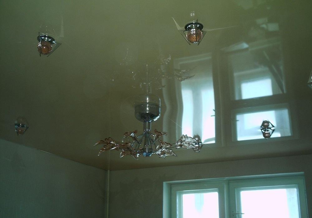 Дизайн натяжного потолка на кухне - 89 фото