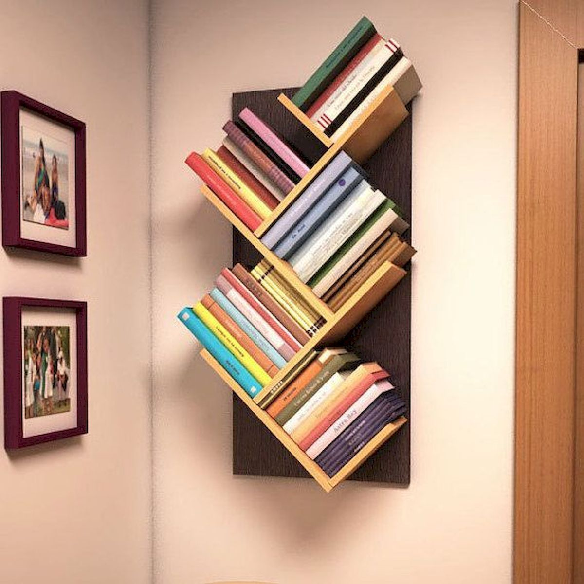 Современные книжные полки в интерьере - фото примеров