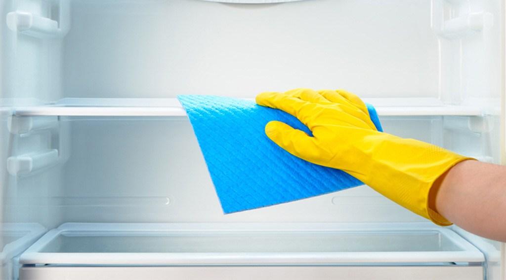 Как избавиться от запаха в холодильнике: эффективные способы убрать запах рыбы, плесени, в том числе быстрые + фото и видео