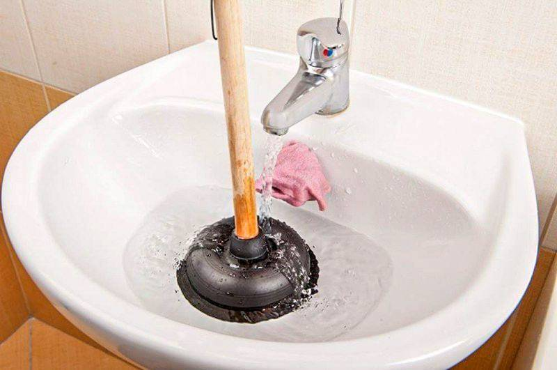 Как прочистить засор в ванной: новые методы в 2020 году