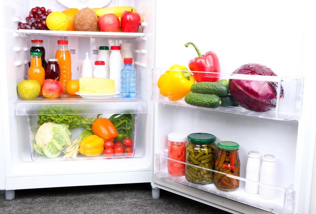 Зачем в холодильник кладут мелочь: примета, которая действует