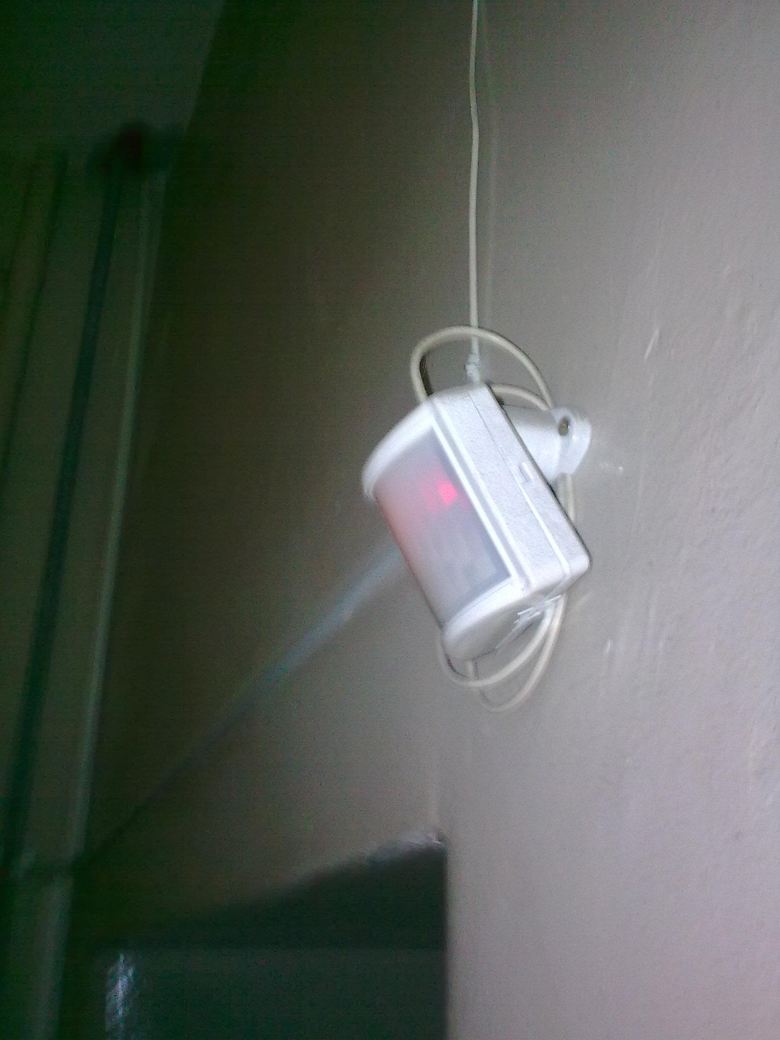 Подсветка с датчиком движения: варианты для ступеней лестницы и ночной подсветки пола в коридоре, выбор светодиодной ленты на батарейках с датчиком движения