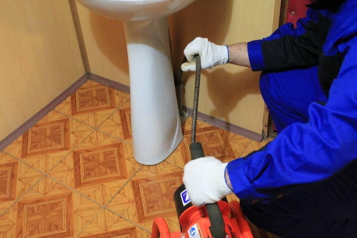 Чем и как прочистить канализационные трубы в частном доме: виды засоров + лучшие методы